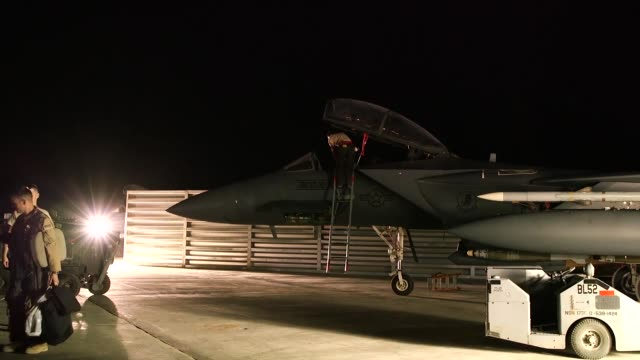 airmen of the 332nd expeditionary maintenance squadron perform 24-hour maintenance on the flightline at an undisclosed location in southwest asia.... - landefahrwerk stock-videos und b-roll-filmmaterial