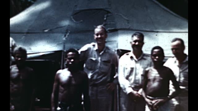 vídeos y material grabado en eventos de stock de us airmen pose with natives in the pacific islands during wwii - isleño del océano pacífico