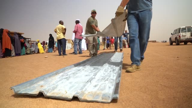 stockvideo's en b-roll-footage met us airmen volunteers from nigerien air base 201 construct two schools in local villages in agadez niger - school building