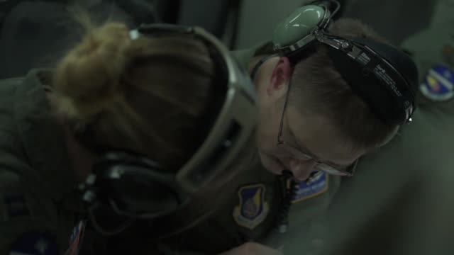 stockvideo's en b-roll-footage met us airmen with the 18th operations group conduct airborne command and control in an e3 sentry aircraft while participating in training exercise keen... - missiehuis