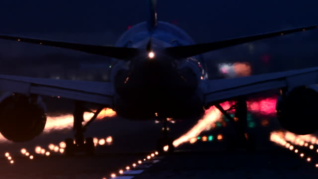 airplane and airport runway at night - passagierflugzeug stock-videos und b-roll-filmmaterial