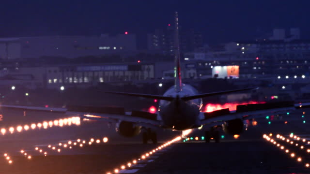 vidéos et rushes de airplane and airport runway at night - atterrir