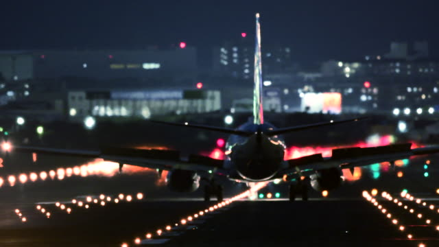 vídeos de stock, filmes e b-roll de airplane and airport runway at night - aterrissando