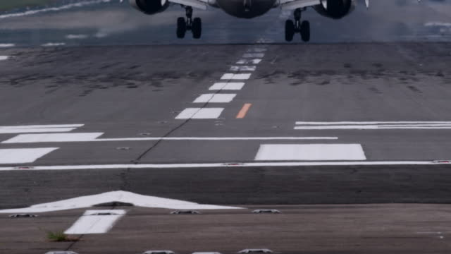 vídeos y material grabado en eventos de stock de airplane and airport runway - aterrizar
