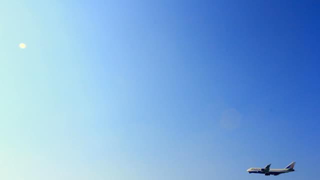 flugzeug und blauem himmel - abheben aktivität stock-videos und b-roll-filmmaterial