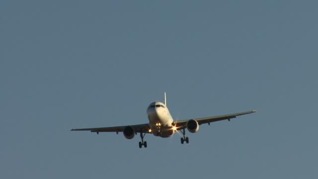 vidéos et rushes de hd: à l'approche d'atterrissage et avion - aéronautique