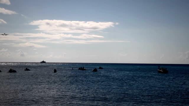 飛行機接近カリブ海のビーチ