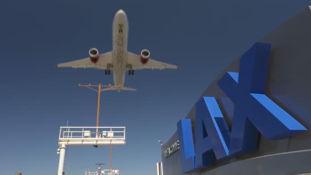 vídeos de stock, filmes e b-roll de lax airplane arrival - boeing 787