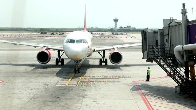 stockvideo's en b-roll-footage met hd: airplane arrival - hd format