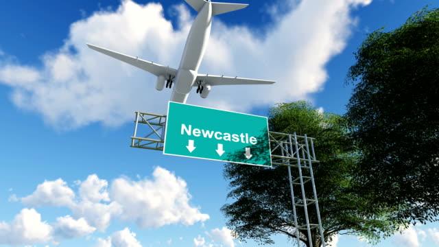 vídeos y material grabado en eventos de stock de avión llegando al aeropuerto de newcastle en reino unido - newcastle