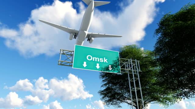 vidéos et rushes de avion en arrivant à l'aéroport d'omsk en russie - fédération de russie