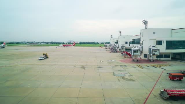 Flugzeug am Flughafen-Gate - Zeitraffer 4k