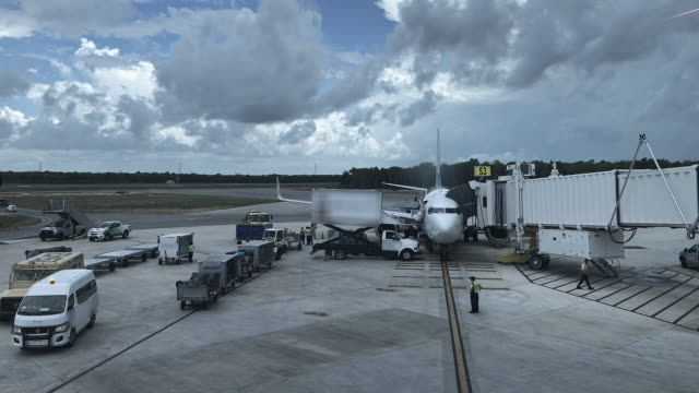 airplane at gate at the airport time lapse - wartehalle stock-videos und b-roll-filmmaterial