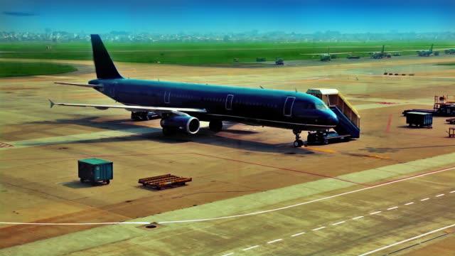 飛行機空港で - 降り立つ点の映像素材/bロール