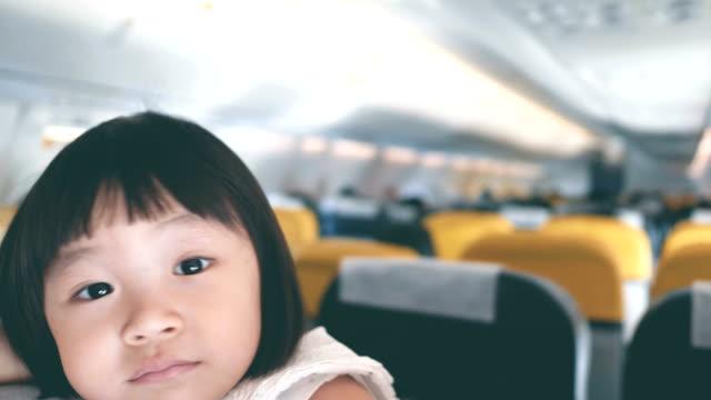 flugzeug: baby mädchen fliegen im urlaub - weibliches baby stock-videos und b-roll-filmmaterial