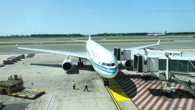vídeos de stock, filmes e b-roll de avião de embarque antes da partida - pista de aterrizagem