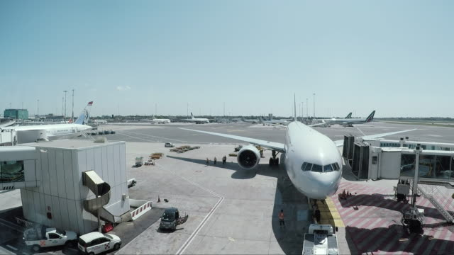 ご出発前にご搭乗の飛行機 - 給油点の映像素材/bロール
