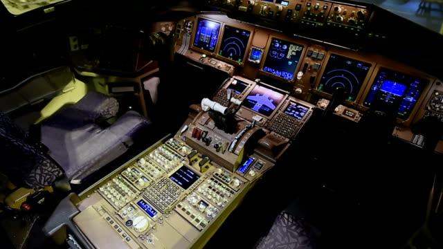 stockvideo's en b-roll-footage met airplane cockpit - cockpit