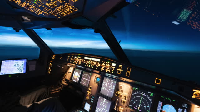 vídeos de stock e filmes b-roll de airplane cockpit view of noctilucent clouds time lapse (cockpit pov) - para brisas