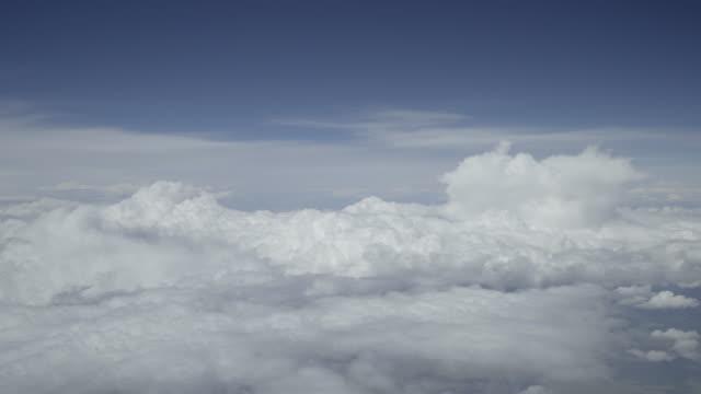 vidéos et rushes de vue de cockpit d'avion timelapse cumulus nuages - ciel sans nuage