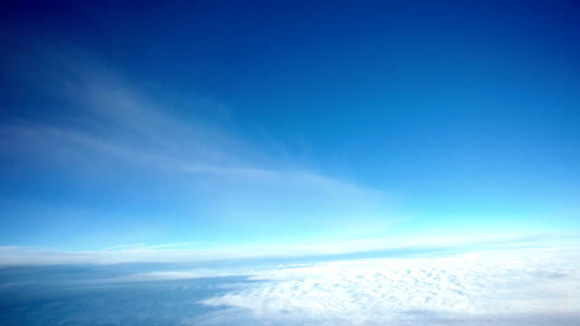 airplane cockpit view timelapse flying through clouds - cielo sereno video stock e b–roll