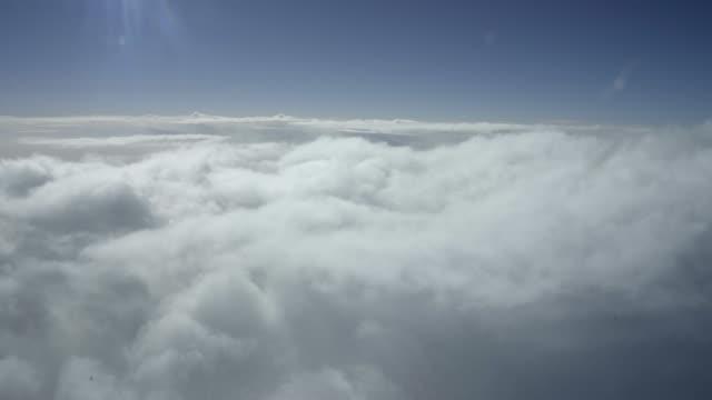 vidéos et rushes de timelapse vue de cockpit d'avion volant par des nuages - amérique du nord