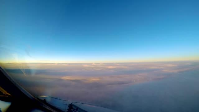 vidéos et rushes de nuages du coucher du soleil de timelapse de vue de l'habitacle avion - ciel sans nuage