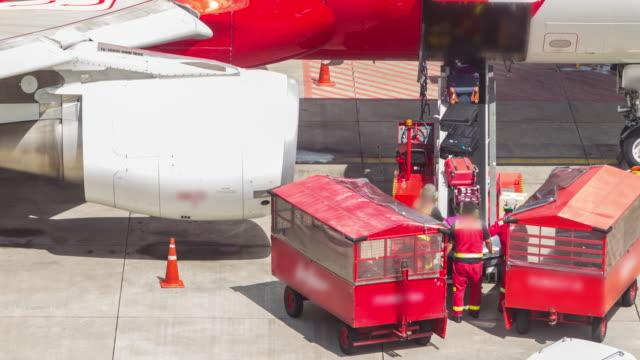 flugzeug, abfahrt von jetway dock, apple prores 422 (hq). - fluggastbrücke stock-videos und b-roll-filmmaterial
