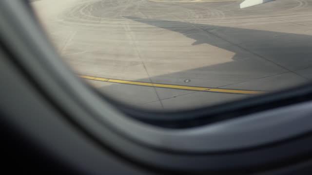 vidéos et rushes de conduite d'avion à la piste - piste d'envol