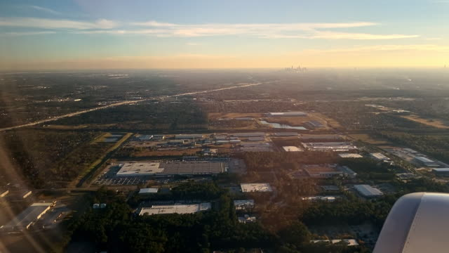 stockvideo's en b-roll-footage met airplane engine and dramatic landscape of houston - aircraft point of view