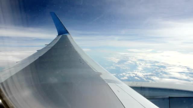 vídeos de stock, filmes e b-roll de avião voando no altitude acima das nuvens - armação de janela