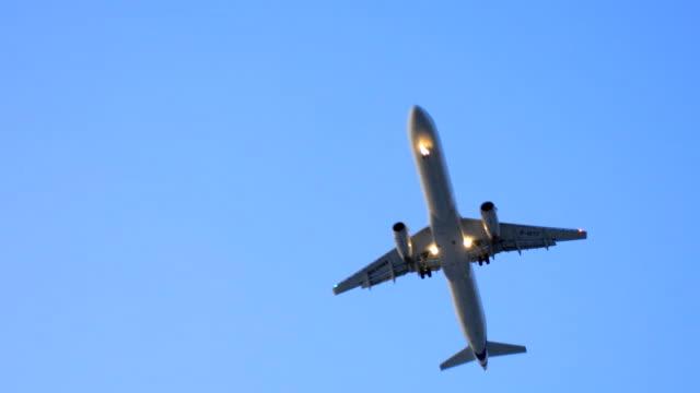Flugzeug fliegen in der Nacht