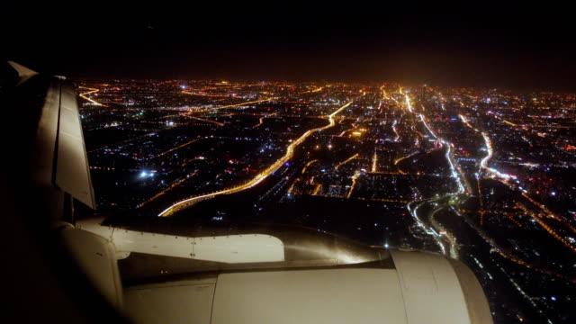 vídeos de stock, filmes e b-roll de avião voando à noite - asa de aeronave
