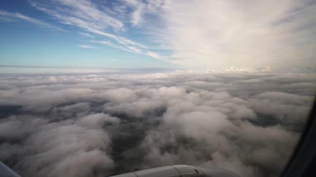 vidéos et rushes de avion volant du hublot - tour de contrôle