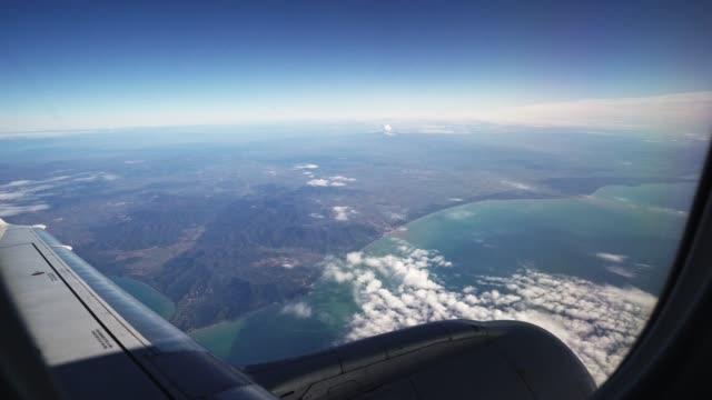 vidéos et rushes de avion volant du hublot - hublot