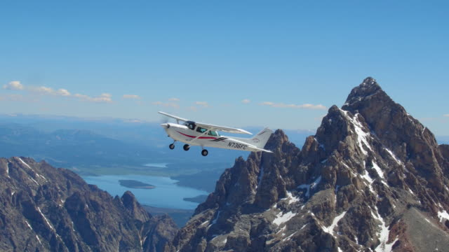 stockvideo's en b-roll-footage met airplane flying in front of the grand teton - zweefvliegtuig