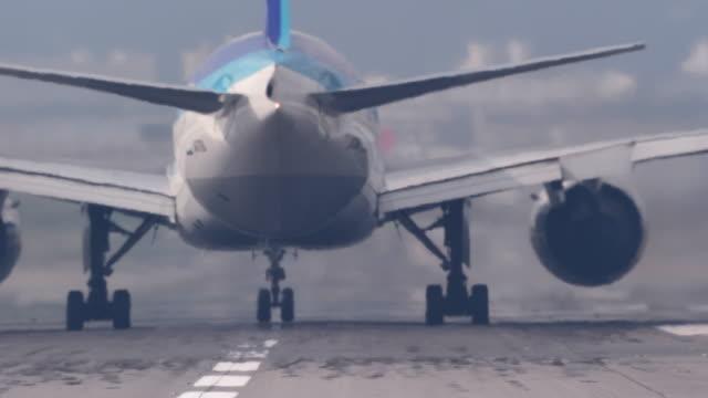 airplane flying off airplane runway - 飛び立つ点の映像素材/bロール