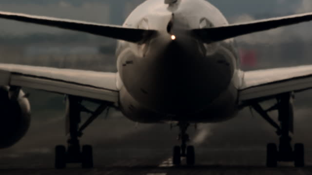 stockvideo's en b-roll-footage met airplane flying off airplane runway - biologie