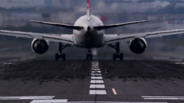 airplane flying off airplane runway - 滑走路点の映像素材/bロール