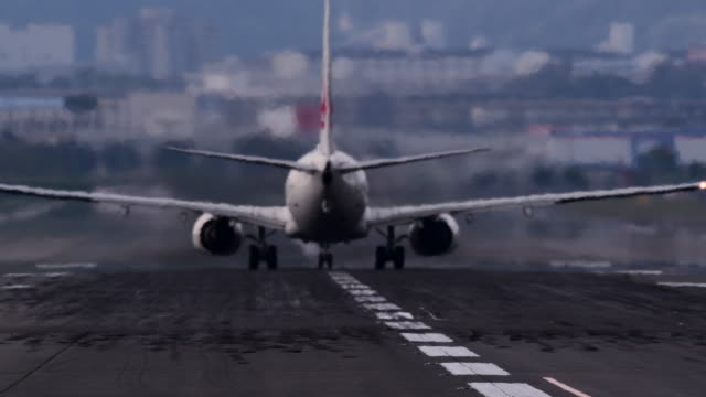 airplane flying off airplane runway - air vehicle点の映像素材/bロール