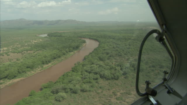 vídeos de stock e filmes b-roll de airplane flying over a river and a forest in ethiopia. available in hd - etiópia