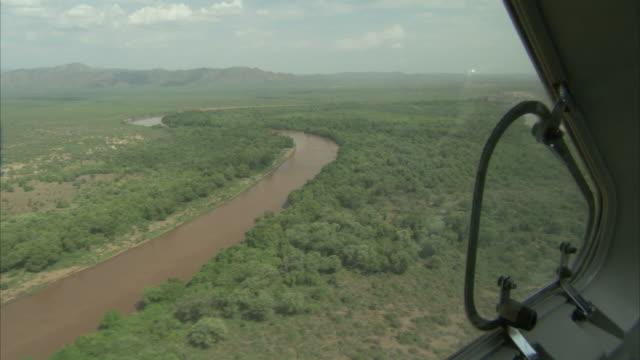 vídeos y material grabado en eventos de stock de airplane flying over a river and a forest in ethiopia. available in hd - etiopía