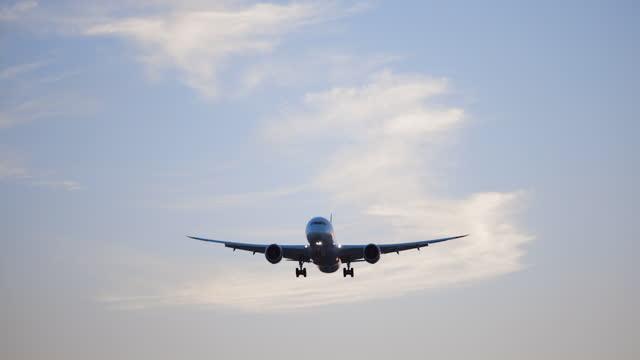 vidéos et rushes de avion volant au-dessus de la tête - pilot