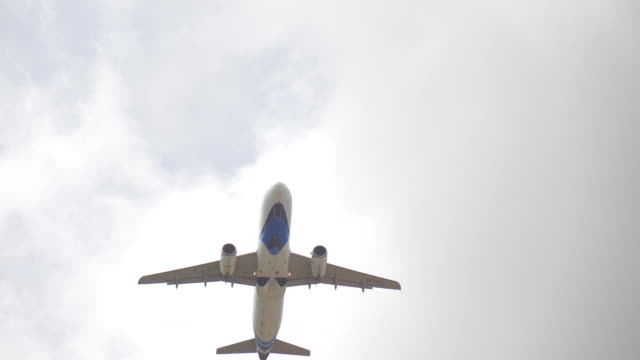 vídeos de stock e filmes b-roll de airplane flying over summer sky slow motion - remover
