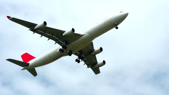 flugzeug fliegen über dem kopf - airbus stock-videos und b-roll-filmmaterial
