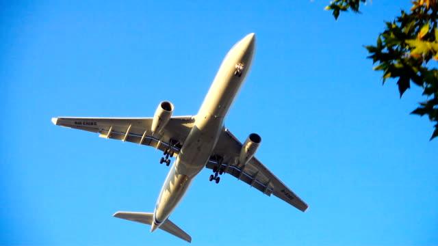 stockvideo's en b-roll-footage met vliegtuig vliegen overhead - militair vliegtuig