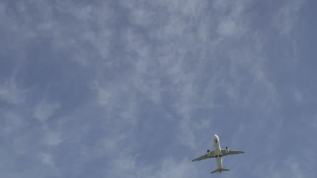 passagierflugzeug flugzeug - aufnahme von unten stock-videos und b-roll-filmmaterial