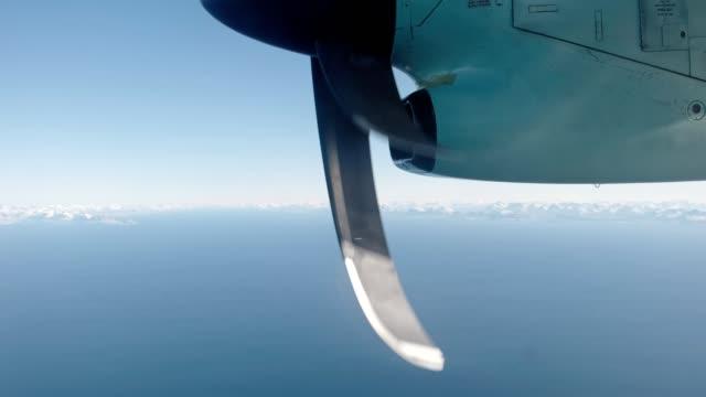 stockvideo's en b-roll-footage met vliegtuig dat met roterende propeller op vliegtuigen in de hemel vliegt - ingenieurswerk