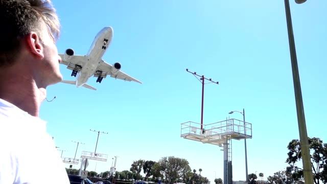 stockvideo's en b-roll-footage met slo mo vliegtuig viaduct een mid volwassen man - ontsnappen