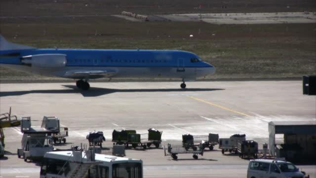 Flugzeug gehen Vergangenheit, die Start- und Landebahn, Flughafen Asphalt (HD, PAL, NTSC